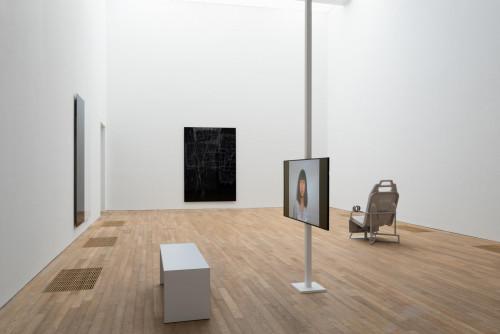展覽場景:馬秋莎及Anne Imhof ,於「表演社會:性別的暴力言語不通」。鳴謝:馬秋莎,北京公社及 Anne Imhof & Galerie Buchholz, Berlin/Cologne/New York。