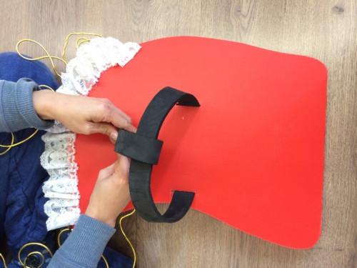 步驟 4: 然後把彩麗皮或書包帶用索帶固定在PP板上,整成頭套。
